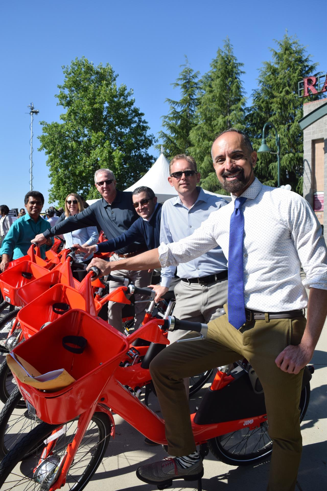 JUMPbike picture with mayor and city staff