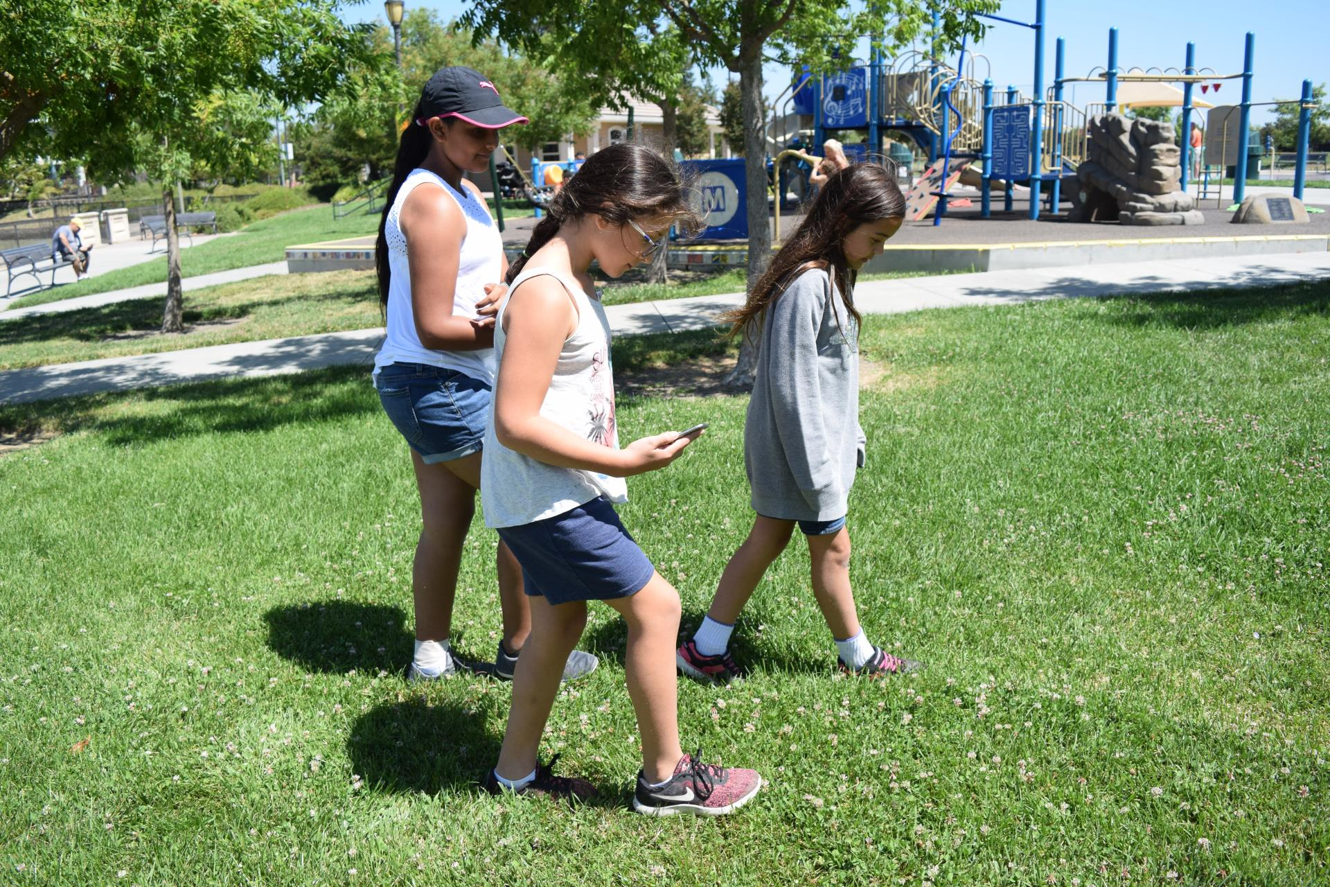 children play agents of discovery app at bridgeway lakes park